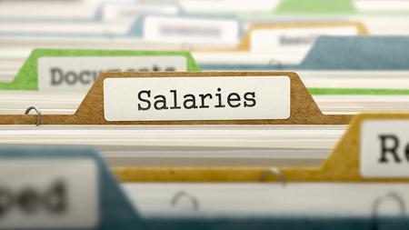remuneraciÓn: Los salarios en la carpeta de negocios en el índice de tarjeta multicolor. Primer punto de vista. Imagen borrosa.