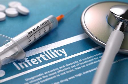 Infertilité - Concept médical sur fond bleu avec texte flou et la composition des pilules, Seringue et Stéthoscope.