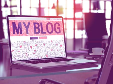 私のブログのコンセプトです。落書きデザイン スタイルでノート パソコンの画面にランディング ページをクローズ アップ。近代的なオフィスで快
