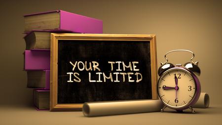 Hand gezeichnet Ihre Zeit ist begrenzt Konzept auf Tafel. Unscharfer Hintergrund. Getönt.