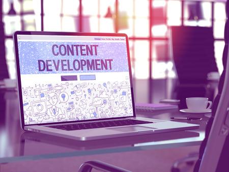Modern Werkplek met laptop blijkt landing page in Doodle Design Style met tekst Content Development. Afgezwakt beeld met selectieve aandacht.