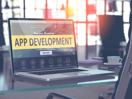 Développement App Concept Gros plan sur l'écran d'ordinateur portable dans Modern Bureau en milieu de travail. Image teintée avec Mise au point sélective. 3d Render.