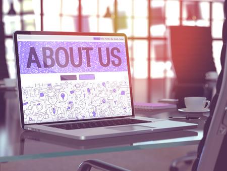 Posto di lavoro moderno con il computer portatile Visualizzazione pagina di destinazione nel disegno di Doodle stile con testo su di noi. Viraggio con il fuoco selettivo. Rendering 3D.