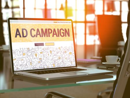 Koncepcja kampanii reklamowej. Closeup Landing Page na ekranie komputera przenośnego w stylu wzornika Doodle. Na tle wygodnego miejsca pracy w nowoczesnym biurze. Niewyraźne, Stonowanych Obrazu. Renderowania 3d. Zdjęcie Seryjne
