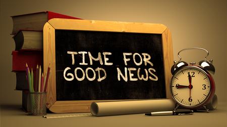 良いニュース - 黒板手書きテキスト、書籍、目覚まし時計、背景をぼかした写真のロール紙のスタックのための時間。3 d 画像をトーンダウンしまし