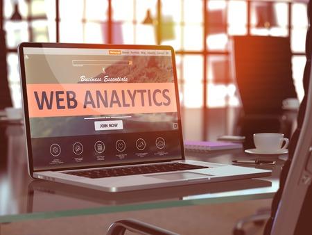 Web Analytics Konzept. Nahaufnahme-Landungs-Seite auf Laptop-Bildschirm auf Hintergrund des bequemen Arbeitsplatzes im modernen Büro. Verschwommenes, getöntes Bild. 3d übertragen.
