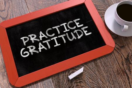 Praxis Gratitude Handwritten auf Red Tafel. Geschäftskonzept. Zusammensetzung mit Tafel und eine Tasse Kaffee. Top Bild anzeigen. 3D übertragen.