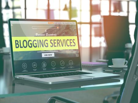 Blogging Servicios Concepto Primer en la pantalla de ordenador portátil en la oficina moderna del lugar de trabajo. Imagen virada con enfoque selectivo. 3D.