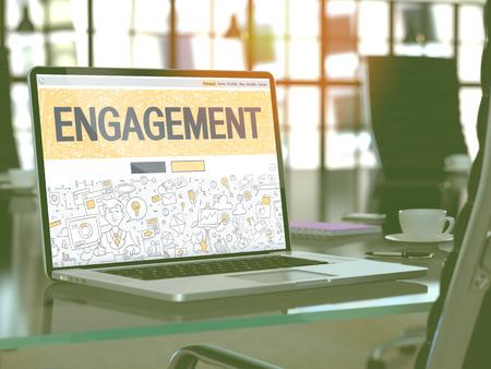 Posto di lavoro moderno con il computer portatile che mostra pagina di destinazione nel disegno di Doodle stile con testo Engagement. Viraggio con il fuoco selettivo. Rendering 3D.
