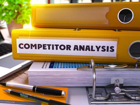 foda: Carpeta amarilla con la Oficina de Análisis de la competencia Inscripción en la Oficina de escritorio con ordenador portátil y suministros para oficinas moderno. Competidor Análisis del concepto del asunto en el fondo borroso. Render 3D.