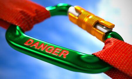 imminence: Verde mosquetón entre las cuerdas de color rojo sobre fondo de cielo, simbolizando el peligro. Enfoque selectivo. Render 3D.