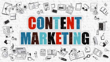 redes de mercadeo: Marketing de contenidos. Multicolor inscripción en blanco de la pared de ladrillo con los iconos del Doodle alrededor. Concepto de marketing de contenidos. Marketing de contenido en el fondo blanco Brickwall.