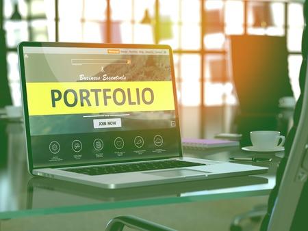 Moderner Arbeitsplatz mit Laptop zeigt Landing-Page mit Portfolio-Konzept. Getönt mit Tiefenschärfe. 3D übertragen.