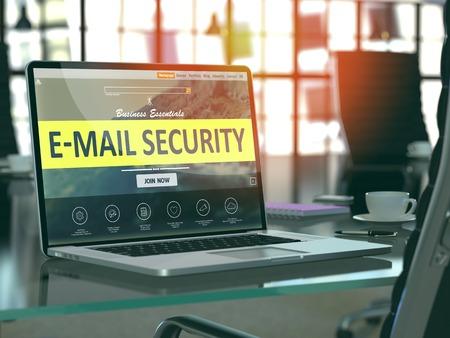 Concepto de la seguridad del correo electrónico - Primer en la pantalla del ordenador portátil en lugar de trabajo moderno de la oficina. Imagen tonificada con enfoque selectivo. Render 3D