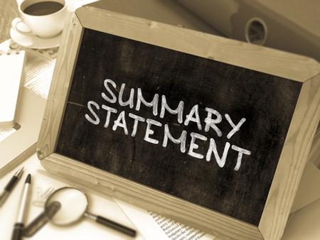 cuadro sinoptico: Resumen Declaración escrita a mano por White tiza en la pizarra. Composición con pizarra pequeña en el fondo de la Mesa de Trabajo con carpetas de oficina, papelería, informes. Borrosa, Imagen virada. Render 3D.