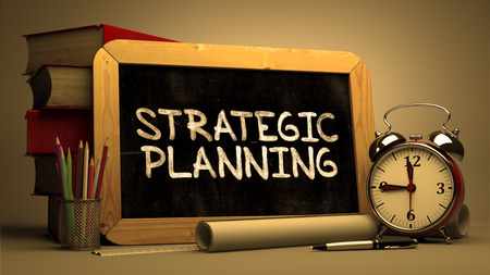 planificacion estrategica: Planificaci�n Estrat�gica - Pizarra con el texto dibujado mano, la pila de libros, Albornoz y rollos de papel en el fondo borroso. Imagen virada. Render 3D.