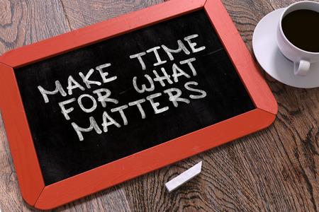 Ręcznie rysowane znaleźć czas na to, co liczy się koncepcja na małej czerwonej tablicy. Zaplecze biznesowe. Widok z góry. Renderowanie 3D.