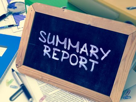 cuadro sinoptico: Resumen del informe escrito a mano en una pizarra. Composición con la pizarra y carpetas de anillo, material de oficina, Informes sobre fondo borroso. Imagen virada. Render 3D.