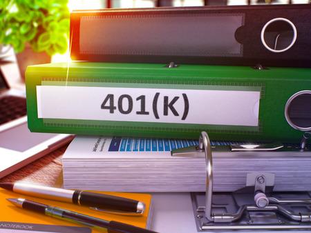 401K - Cartella verde ufficio su sfondo del tavolo di lavoro con elementi decorativi e laptop. Concetto di affari 401K su sfondo sfocato. Immagine tonica 401K. 3D.