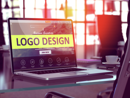 En milieu de travail moderne avec un ordinateur portable montrant la page de destination avec Logo Design Concept. Image teintée avec Mise au point sélective. 3D Render.