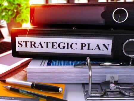 planificacion estrategica: Plan estratégico - Carpeta de anillas Negro en la Oficina de escritorio con ordenador portátil y suministros para oficinas moderno. Plan de Concepto de negocio estratégica en el fondo borroso. Plan estratégico - Ilustración entonada. Render 3D.
