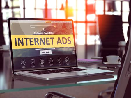 Lugar de trabajo moderno con la computadora portátil que muestra la página de destino con Internet Concepto de anuncios. Imagen virada con enfoque selectivo. Render 3D.