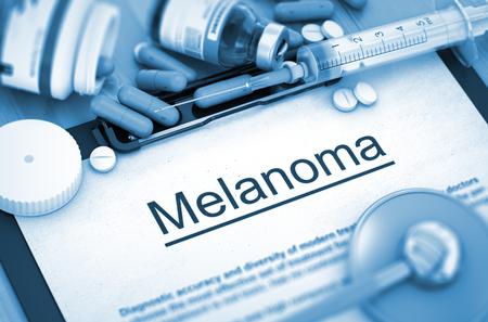 insolación: Melanoma - Impreso Diagnóstico con borrosa texto. El melanoma, concepto médico con píldoras, inyecciones y una jeringa. 3D. Imagen virada.