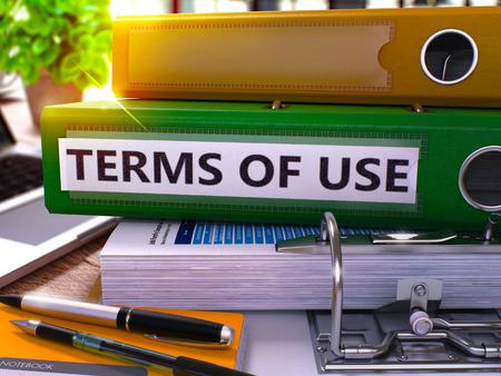 validez: Condiciones de uso - Oficina Verde de carpetas en el fondo de la mesa de trabajo con los efectos de escritorio y portátiles. Condiciones de uso del concepto del asunto sobre fondo borroso. Términos de Uso Imagen virada. 3D.