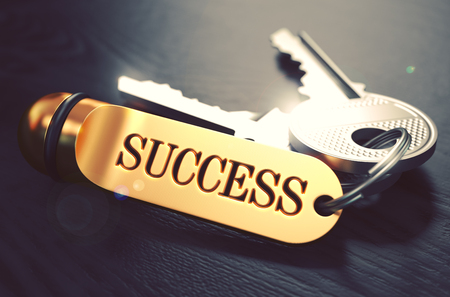 exito: Claves para el éxito - Concepto de llavero de oro sobre fondo de madera Negro. Vista de cerca, foco selectivo, 3D rinden. Imagen virada.