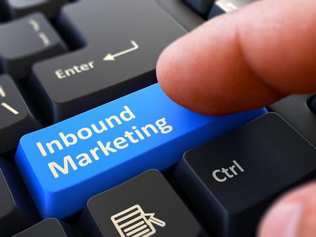 teclado de computadora: Botón de marketing entrante. Dedo masculina Clics en el botón azul en el teclado Negro. Primer punto de vista. Antecedentes borrosa. Render 3D.