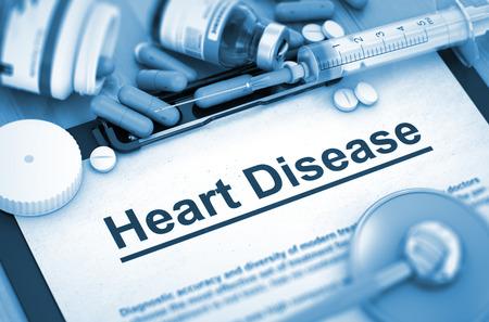 enfermedades del corazon: Las enfermedades del coraz�n, concepto m�dico. Composici�n de medicamentos. Las enfermedades del coraz�n, concepto m�dico con p�ldoras, inyecciones y una jeringa. Imagen virada. Render 3D.