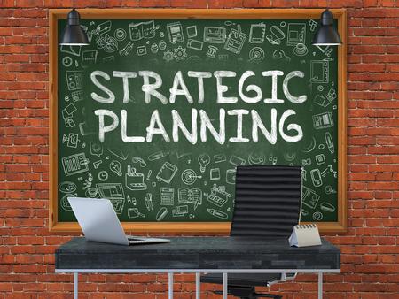 planificacion estrategica: Pizarra verde en la pared de ladrillo rojo en el Inter de una oficina moderna con la mano dibujada Planificación Estratégica. Concepto de negocio con elementos de estilo Doodle. 3D.