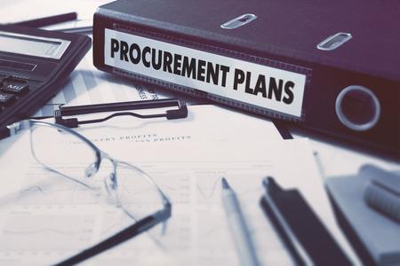 document management: Carpeta de anillas con Planes de Adquisición inscripción en el fondo de la mesa de trabajo con material de oficina, vasos, Informes. Ilustración tonificado. Concepto de negocio en el fondo borroso.