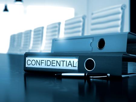 Office Binder met Inscription Confidential op het bureaublad. Confidential - Business Concept. Afgezwakt beeld. 3D Render.