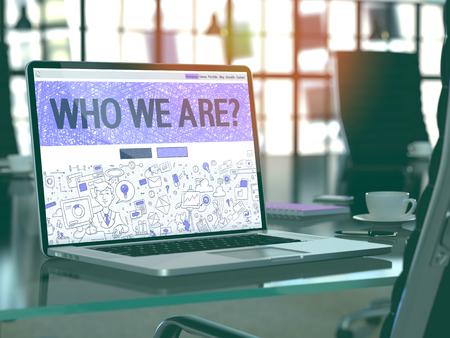 Quienes Somos Concepto Primer en la página de destino de la pantalla de ordenador portátil en la oficina moderna del lugar de trabajo. Imagen virada con enfoque selectivo. Render 3D.