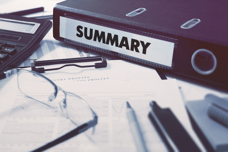 cuadro sinoptico: Carpeta de anillas con la inscripción en el fondo Resumen de la mesa de trabajo con material de oficina, vasos, Informes. Ilustración tonificado. Concepto de negocio en el fondo borroso.