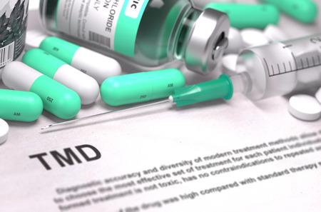 dolor de oido: Diagnóstico - TMD - trastorno temporomandibular. Concepto médico con las píldoras, inyecciones verde claro y una jeringa. Enfoque selectivo. Antecedentes borrosa. Render 3D.
