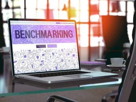 competitividad: Concepto de evaluaci�n comparativa del primer en la p�gina de destino de la pantalla de ordenador port�til en la oficina moderna del lugar de trabajo. Imagen virada con enfoque selectivo. Render 3D.