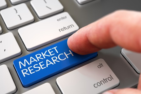 Concepto de negocio - dedo masculino que señala clave de investigación de mercado en el teclado del ordenador portátil. Mano del hombre joven en el teclado de investigación de mercado azul. Concepto de investigación de mercado - Teclado metálico con teclado. Render 3D Foto de archivo