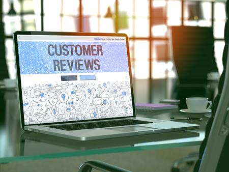 Kundenbewertungen Konzept - Nahaufnahme auf Landing-Page von Laptop-Bildschirm in der modernen Büroarbeitsplatz. Getönt mit Tiefenschärfe. 3D übertragen.