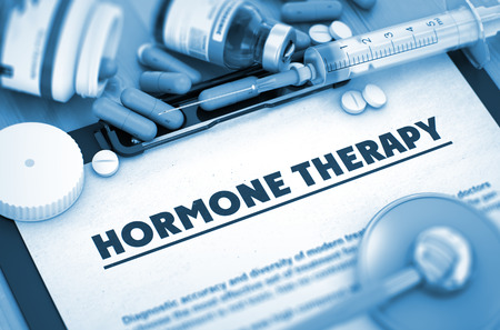 hipofisis: La terapia hormonal, concepto m�dico con enfoque selectivo. La terapia hormonal - p�ldoras, inyecciones y jeringuilla. con borrosa texto. Render 3D. Foto de archivo