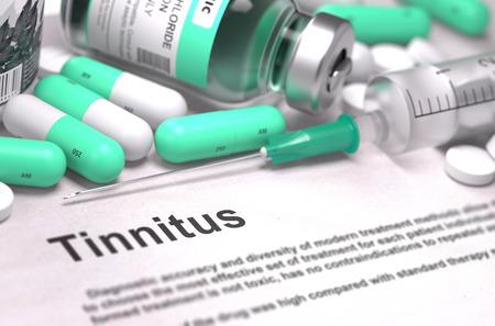 dolor de oido: Diagnóstico - Tinnitus. Concepto médico con las píldoras, inyecciones verde claro y una jeringa. Enfoque selectivo. Antecedentes borrosa. Render 3D.