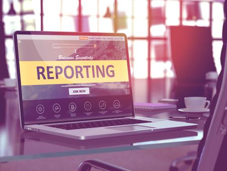 Modern Werkplek met laptop blijkt landing page met Reporting Concept. Afgezwakt beeld met selectieve aandacht. 3D Render.