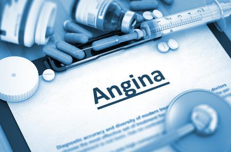 angina: La angina de pecho, concepto médico con enfoque selectivo. La angina de pecho - Impreso Diagnóstico con borrosa texto. Render 3D.