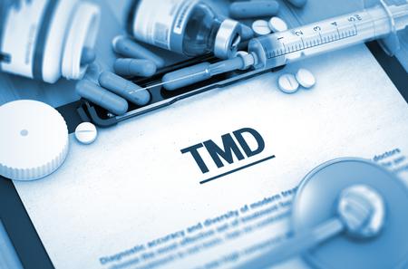 dolor de oido: TMD - Impreso Diagnóstico con borrosa texto. TMD diagnóstico, concepto médico. Composición de medicamentos. Diagnóstico - TMD en el fondo de Medicamentos Composición - píldoras, inyecciones y jeringuilla. 3D.