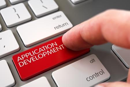 Clavier de développement d'application de main de presse de doigt. Clavier de développement d'application tactile. Doigt de l'homme poussant le clavier rouge de développement d'application sur le clavier moderne. 3D.
