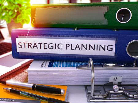planeaci�n estrategica: Planificaci�n Estrat�gica - Blue Oficina de carpetas en el fondo de la mesa de trabajo con los efectos de escritorio y port�tiles. Planificaci�n estrat�gica del concepto del asunto en el fondo borroso. Planificaci�n Estrat�gica Imagen virada. 3D.