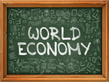 relaciones laborales: Economía Mundial - dibujado a mano en la pizarra verde con los iconos del Doodle alrededor. Ilustración moderna con diseño de estilo de bosquejo. Foto de archivo