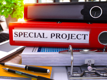 碑文特別なプロジェクト、事務用品、ノート パソコン テーブルの作業の背景に赤いリング バインダー。背景をぼかした写真に特別なプロジェクト事業コンセプト。3 D のレンダリング。