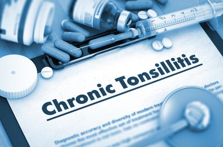 pus: Cronica tonsillite diagnosi, concetto medico. Composizione di farmaci. Tonsillite cronica - referto medico con composizione di farmaci - pillole, iniezioni e siringhe. 3D. Archivio Fotografico